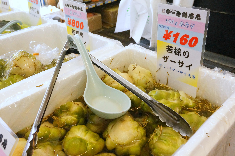 鮮やかに漬かった野菜たち。船橋市場の漬物専門店で食卓に彩りを